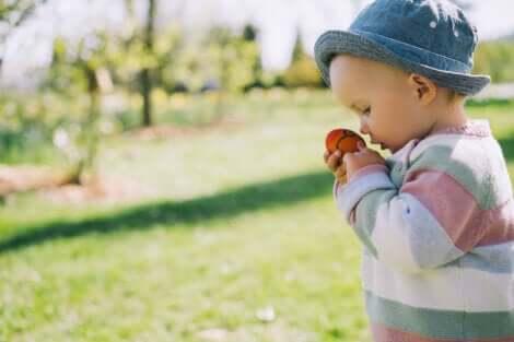 Un jeune enfant qui joue en plein air.