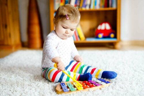 Un bébé qui joue au xylophone en musique.