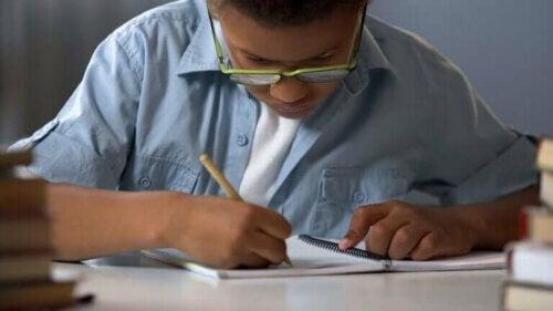 Dyslexie infantile : symptômes, causes et traitement
