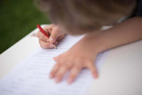 Un enfant qui apprend à écrire.