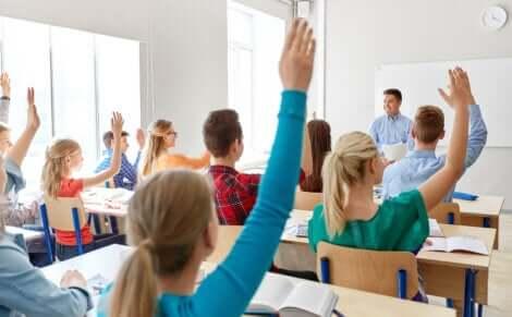 Des élèves et leur professeur.