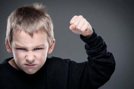 Un enfant agressif.
