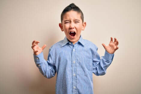Un jeune garçon en colère.