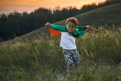 Un jeune enfant déguisé dans la nature.