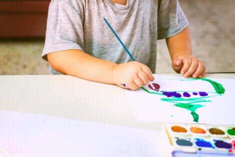 Un enfant dessinant.