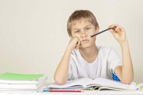 Un jeune garçon qui a des difficultés à travailler.