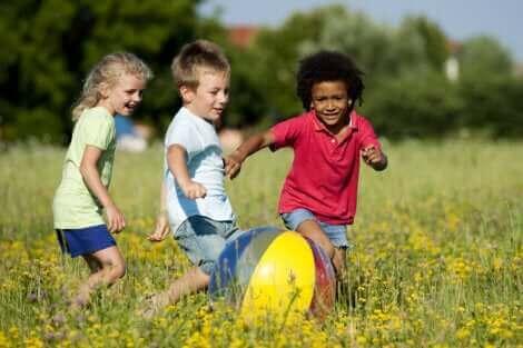 Des enfants qui jouent au ballon dehors.