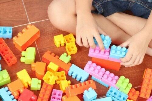 Un enfant jouant à un jeu de brique de construction.