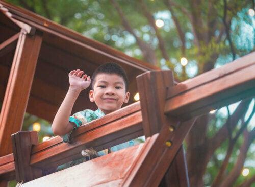 Un enfant jouant au parc de jeux.