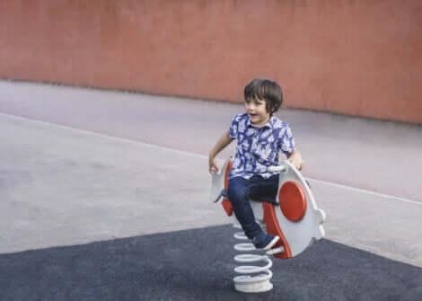 Un enfant qui joue seul.