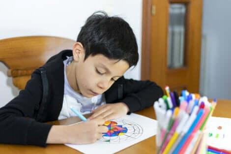 Un jeune garçon qui colorie un mandala.