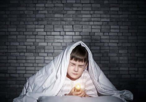 Un enfant qui a peur du noir.
