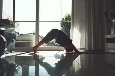 Un enfant qui fait une posture de yoga.