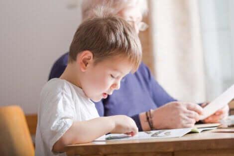 Un enfant qui apprend à lire.