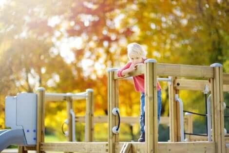 Un jeune enfant seul sur une structure de jeu.