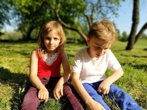 Des enfants amis qui jouent à l'extérieur dans un pré.