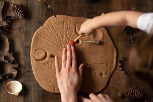 Jouer avec l'argile stimule et rend les enfants plus heureux