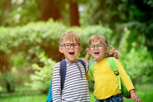 Des enfants contents sur le chemin de l'école pour aller en classe.