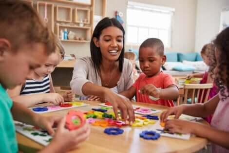 Des enfants lors d'une activité à la maternelle.