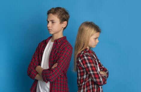 Des enfants dos à dos.