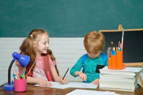 Des enfants qui font leurs devoirs à l'école.