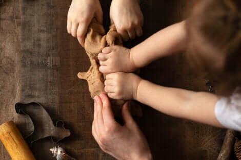 Des mains d'enfants qui manipulent de la terre.