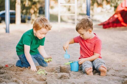 Des enfants qui jouent à faire un château de sable.