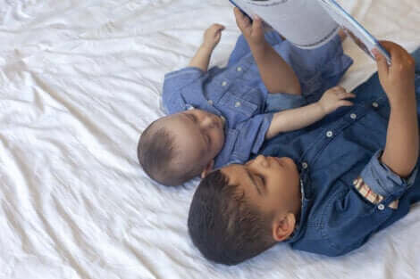 Deux enfants lisant un conte.