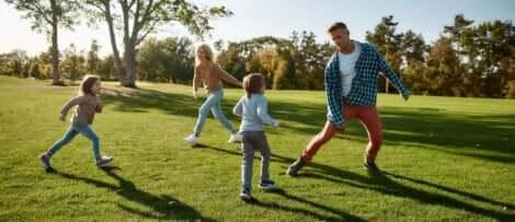 Une famille qui joue ensemble en plein air.
