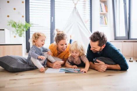 Une famille qui regarde un livre.