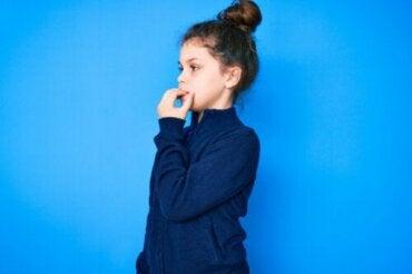 Dermatophagie chez les enfants : causes et traitement