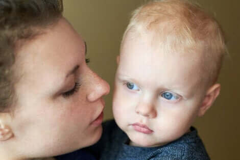 Une mère parlant à son bébé.