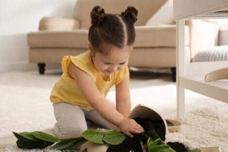Le mauvais comportement d'une petite fille.