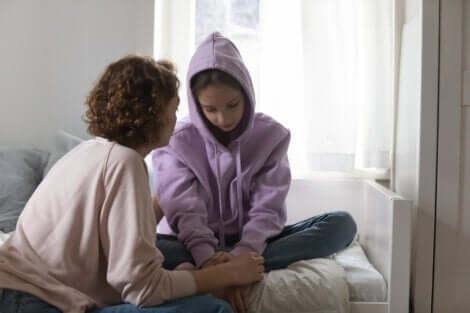 Une discussion entre une jeune adolescente et une adulte.