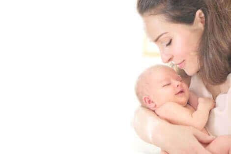 Une mère avec son nouveau né.