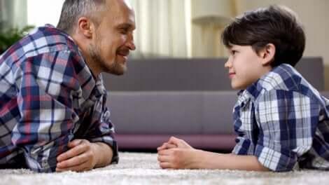 Un père avec son enfant.