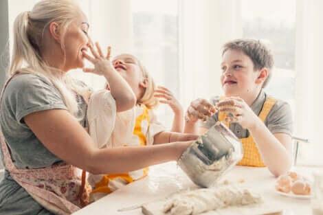 Deux enfants qui cuisinent avec leur maman.