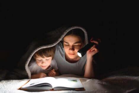 Une mère et son fils qui lisent.