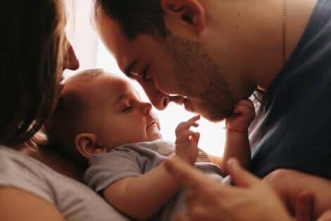 Des parents et leur bébé.
