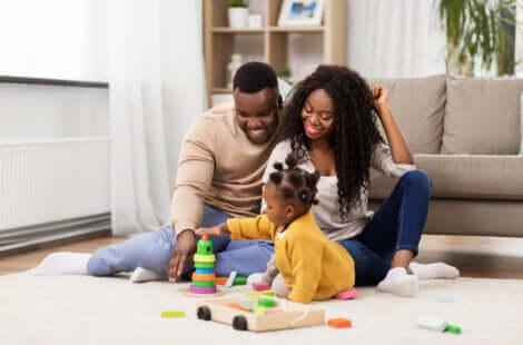 Deux parents qui jouent avec leur petite fille.