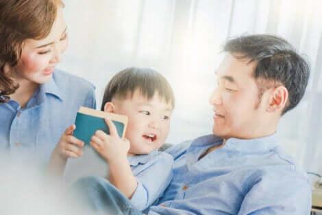 Un enfant qui lit avec ses deux parents.