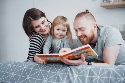 Des parents qui lisent à voix haute à leur fille dans le lit.