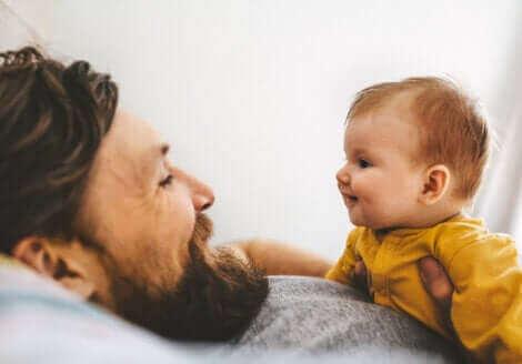Un père avec son bébé.