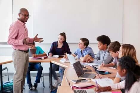 Une classe d'élèves avec un professeur.