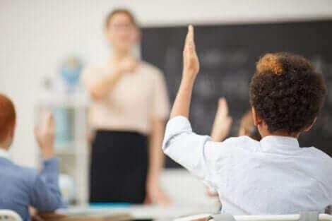 Un enfant dans une salle de classe.