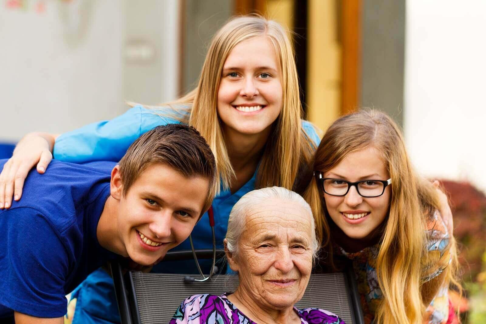 Des petits-enfants avec leur grand-mère.