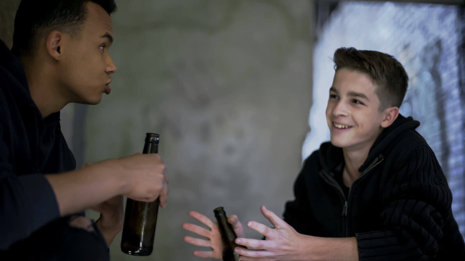 Deux adolescents buvant de l'alcool.