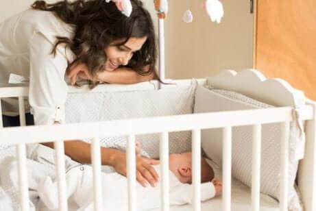 Un bébé dans son berceau.