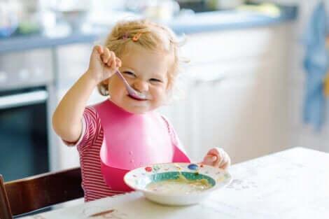 Un bébé qui mange tout seul.