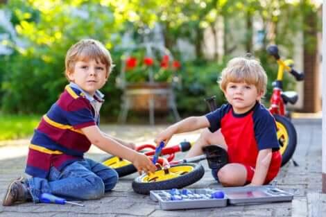 Deux enfants qui réparent un petit vélo.